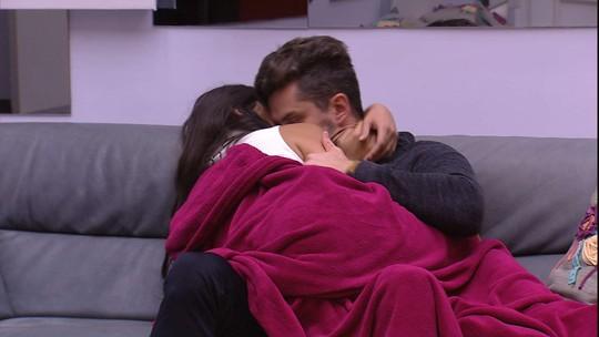 Marcos consola Emilly no sofá: 'Acho que você fica'