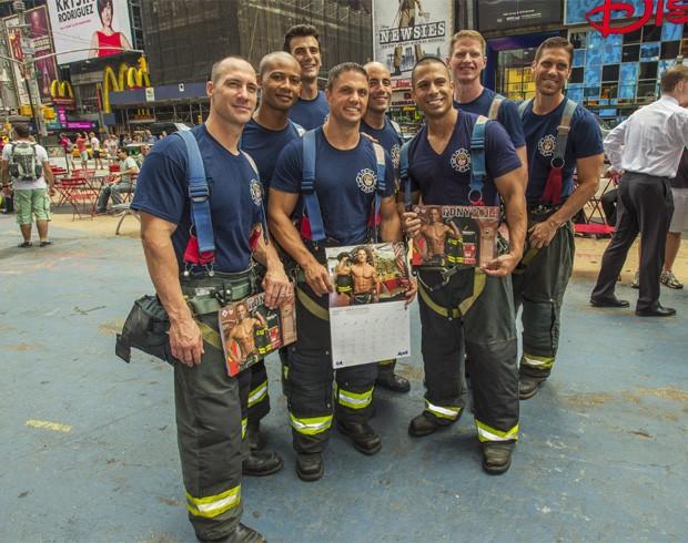 Bombeiros posam para foto durante lançamento do calendário sexy (Foto: Divulgação/New York City Fire Department)