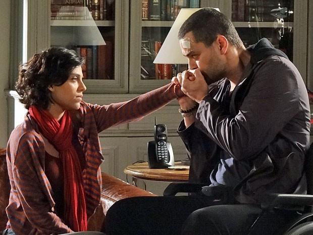 Miriam não gosta da atitude de Fernando (Foto: Amor Eterno Amor/TV Globo)