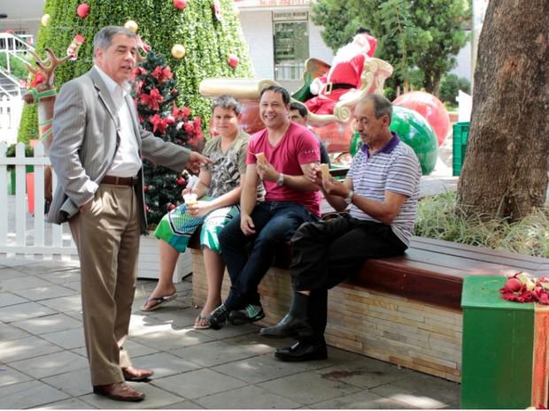 Mário Motta com moradores de Joaçaba (Foto: José Lino/RBS TV)
