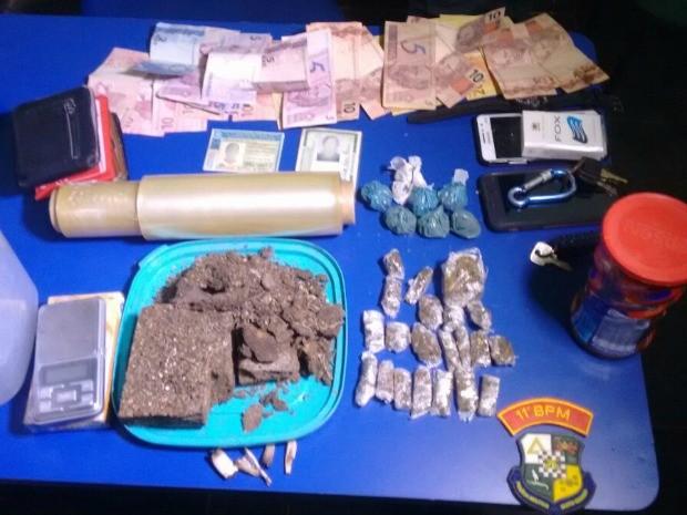 PMs apreenderam drogas, joias e celulares dentro da casa dos suspeitos (Foto: Divulgação/Polícia Militar de MT)