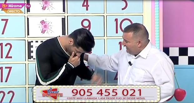 Dienis passa mal em programa ao vivo na Espanha (Foto: Reprodução)
