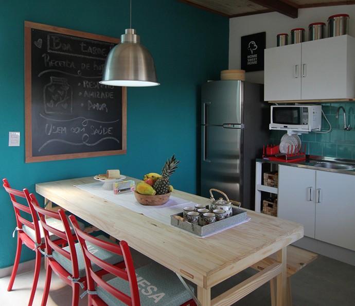 A cozinha tem uma mesa de 6 lugares para que possam receber toda a família (Foto: TV Globo)