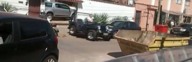 Motorista empurra carro com gipe Varginha (Foto: Reprodução EPTV)