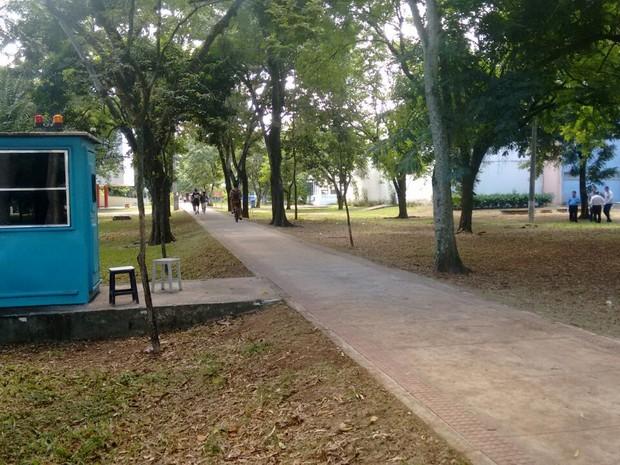 Local onde jovem sofreu tentativa de estupro, na Ufes, tem guarita vazia (Foto: Luiz Felipe Guerra/ G1)