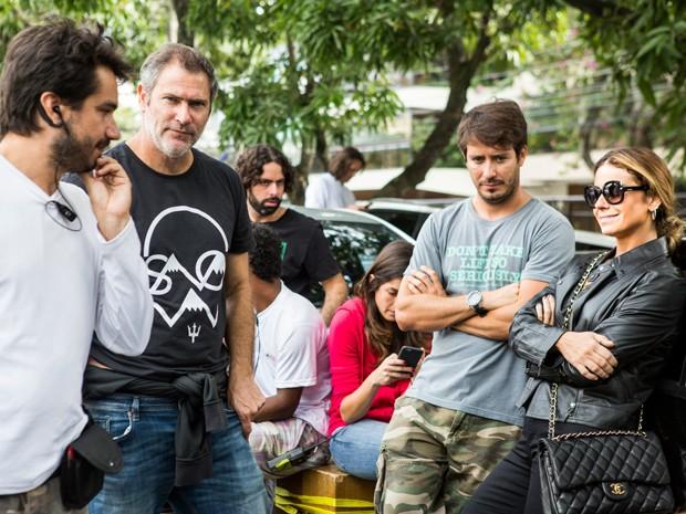 Equipe e elenco conversam durante o intervalo das gravações (Foto: Ellen Soares/Gshow)