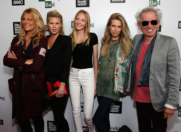 Patti Hansen, Alexandra, a neta Ella, Theodora e Keith Richards (Foto: Getty Images)