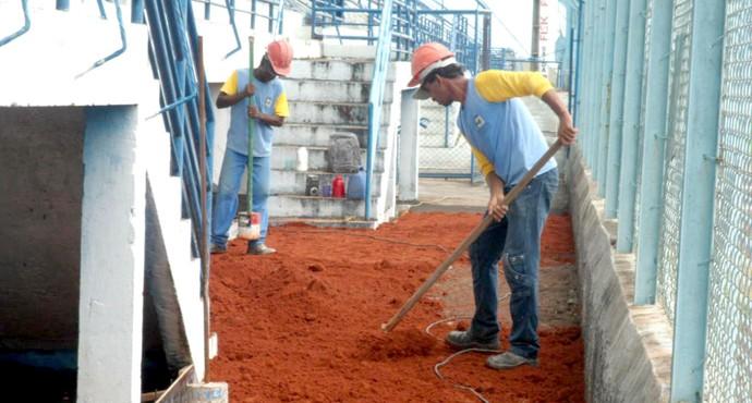 Funcionários do Marília nas reformas do estádio Bento de Abreu (Foto: Divulgação / Marília AC)