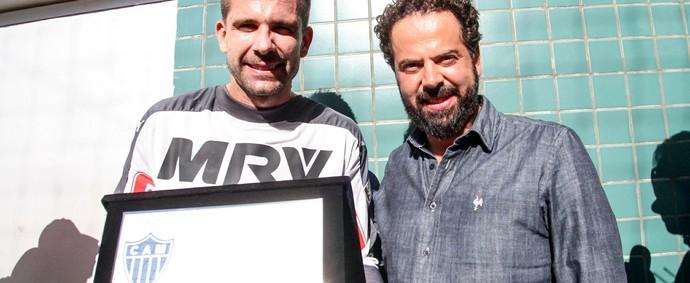 Victor recebe placa pelos 200 jogos no Atlético-MG (Foto: Bruno Cantini / Atlético-MG)