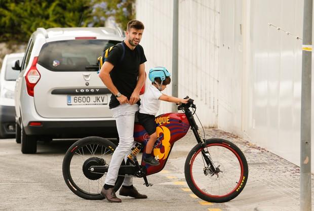 Gerard Piqué com o filho (Foto: Grosby Group)