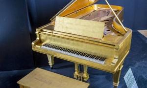 Piano de ouro de Elvis Presley vai a leilão; valor deve superar US$ 500 mil
