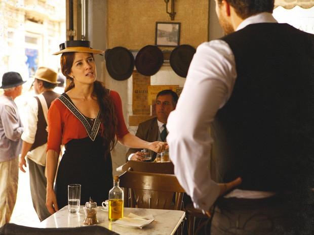 Laura fica indignada ao pensar que Edgar está lhe cobrando algo (Foto: Lado a Lado/TV Globo)