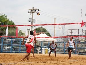 Duplas masculinas de vôlei de areia competem no Circuito Portovelhense (Foto: Shara Alencar/GLOBOESPORTE.COM)