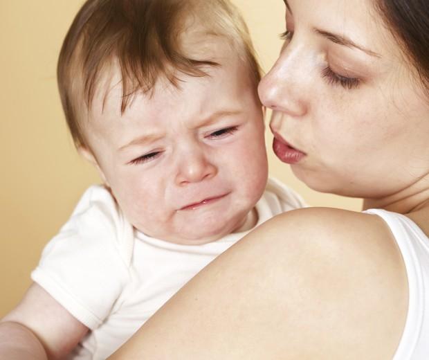 Bebê chorando choro colo mãe (Foto: Thinkstock)
