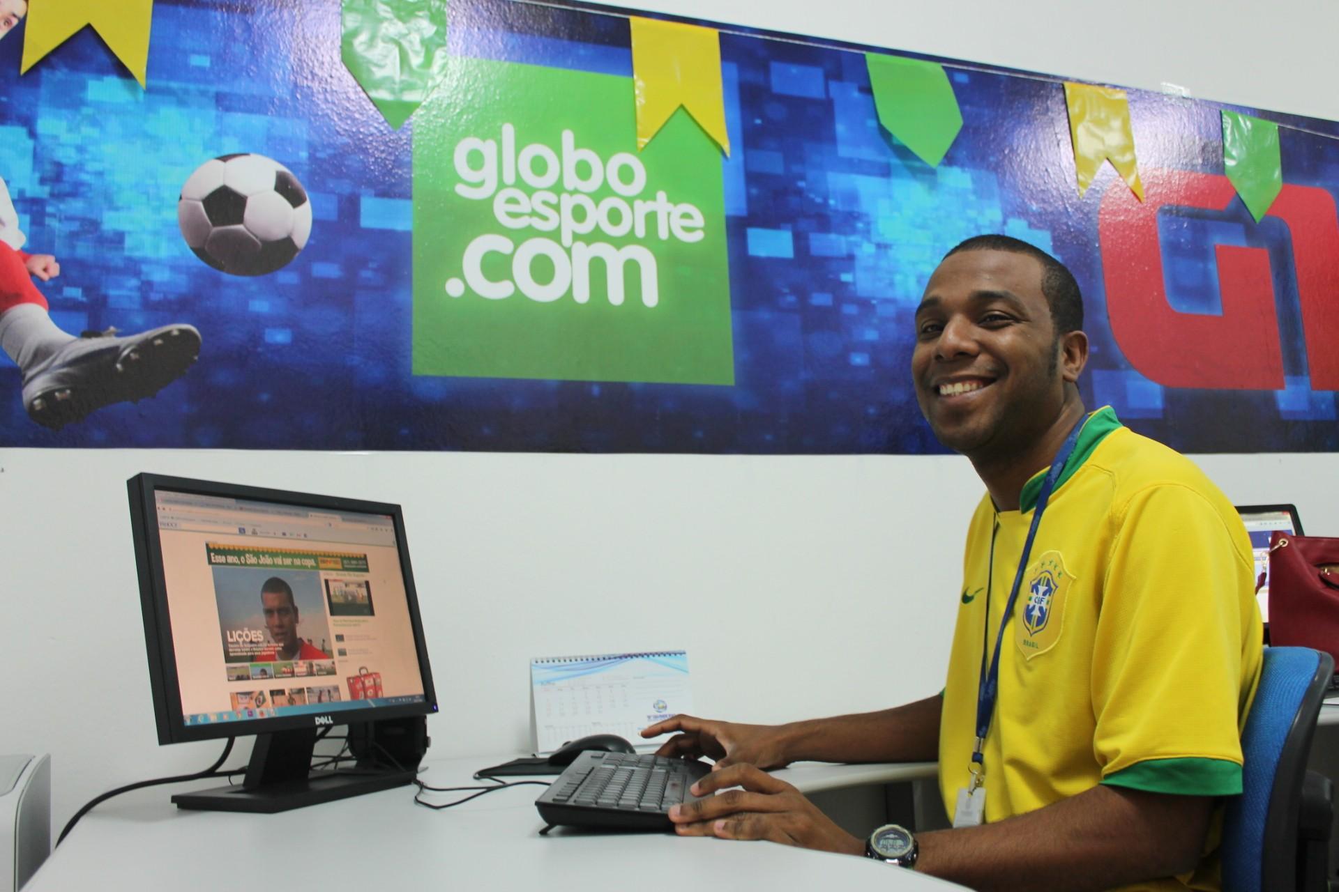 O jornalista Emerson Rocha é apaixonado por futebol (Foto: Amanda Franco/G1)