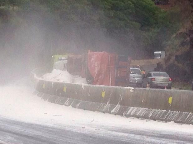 Carga de farinha ficou espalhada pela pista; policiais rodoviários federais pedem atenção aos motoristas (Foto: Flávio Monteiro / RPC TV)