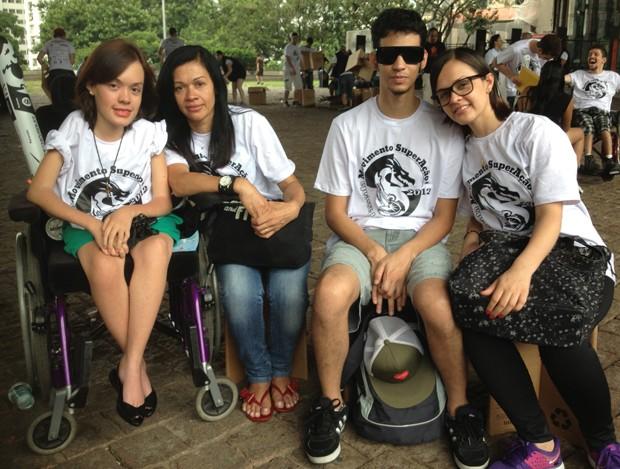 Natália, Neide, Diego e sua noiva Denise participam das passeatas desde 2009 (Foto: Cauê Fabiano/G1)