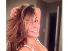 Alinne Rosa posa para selfie decotada e sem sutiã