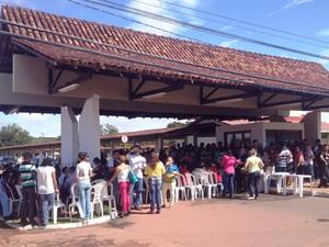 Docentes se concentraram na entrada principal da Unifap, em Macapá (Foto: John Pacheco/G1)