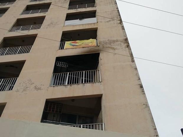 Ocorrência foi no segundo andar do prédio comercial (Foto: Base Comunitária de Bombeiros/Cedida)