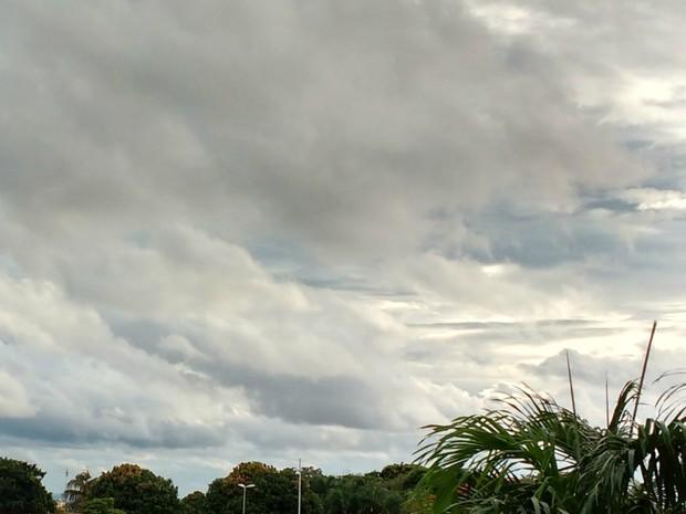 Sol entre nuvens em Campo Grande depois de manhã chuvosa (Foto: Juliene Katayama/G1 MS)