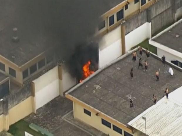 Internos se espalharam pelo complexo, cercado pela polícia (Foto: Reprodução/ TV Globo)