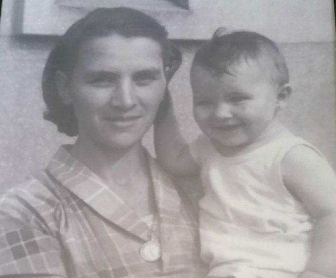 Letícia Birkheuer no colo da avó (Foto: Arquivo Pessoal)