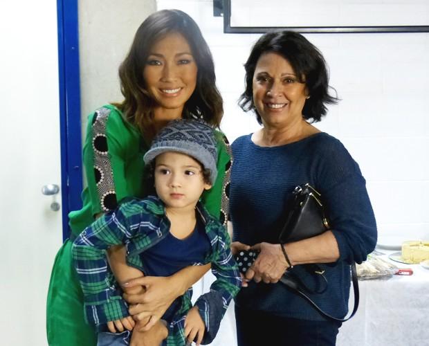 Daniele Suzuki com o filho Kauai e a mãe Ivone (Foto: Esquenta! / TV Globo)