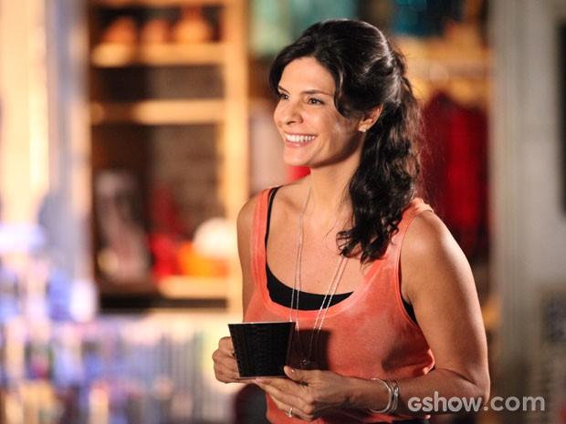 Verônica se diverte com toda a confusão de Vanessa (Foto: Em Família/TV Globo)
