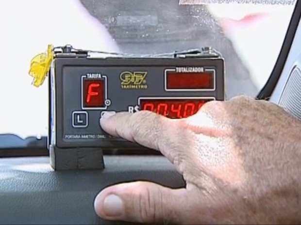 Taxímetro deve ser ligado por lei durante a corrida (Foto: Reprodução/ TV TEM)
