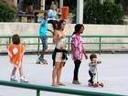 Em dia sem aulas, Cynthia Howlett aproveita e brinca com os filhos