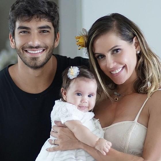 Em família: Hugo Moura, Deborah Secco e a pequena Maria Flor (Foto: Reprodução Instagram)