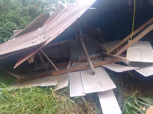 Casa desabou no Nova Vitória (Foto: Divulgação/Corpo de Bombeiros)