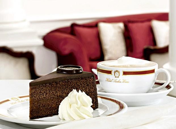 Sacher-torte, servida no hotel Sacher: são 34 etapas para fazer o emblemático bolo de chocolate comgeleia de damasco (Foto: Françoise Terzian/Editora Globo)