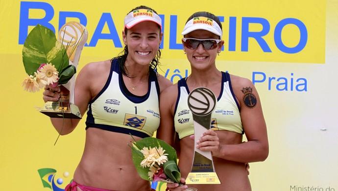 Ágatha e Bárbara comemoram título do SuperPraia (Foto: Paulo Frank/Divulgação/CBV)
