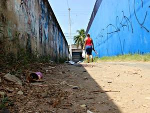 Homens foram mortos no começo da manhã, de acordo com moradores da comunidade (Foto: Adneison Severiano/G1 AM)