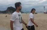 Campeão, Felipe vai a praia e brinca com vendedor por bandeira de rival (Janir Junior)