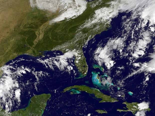 Foto de satélite mostra a então tempestade tropical Matthew no Atlântico, sobre as Pequenas Antilhas, na quarta (28)  (Foto: HO/NOAA-NASA GOES Project/AFP)