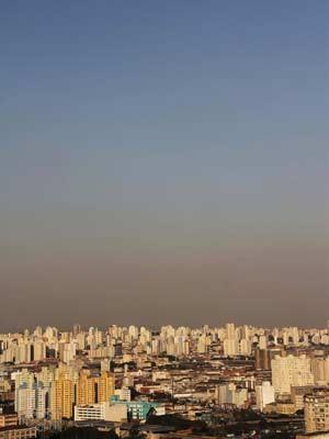 Faixa de poluição vista do edifício Martinelli no centro da cidade de São Paulo (SP), nesta tarde de segunda-feira, 2. A previsão é de clima seco e sem chuvas até o fim da semana. (Foto: Elisa Rodrigues//Futura Press/AE)