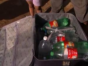 Morador levou uma mala para conseguir transportar a água (Foto: Reprodução/TV TEM)