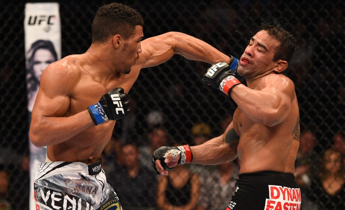 Kevin Lee acerta golpe em Michel Prazeres (Foto: Getty Images)