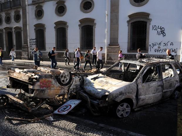 Carros foram incendiados durante protesto no Centro do Rio, na segunda-feira (17) (Foto: Alexandre Durão/G1)