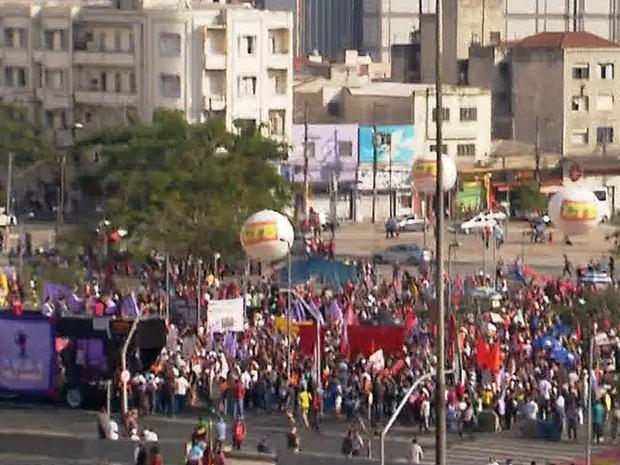 Protesto a favor de Dilma e contra Temer no Largo da Batata, em SP (Foto: G1)