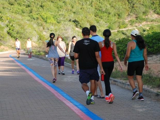 Caminhantes utilizam as trilhas do Parque Dom Nivaldo Monte para atividades físicas e contato com a natureza (Foto: Marco Polo/Prefeitura do Natal)