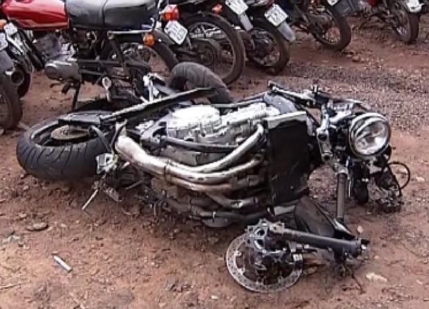 Moto ficou destruída depois do acidente (Foto: Reprodução / TV Tem)