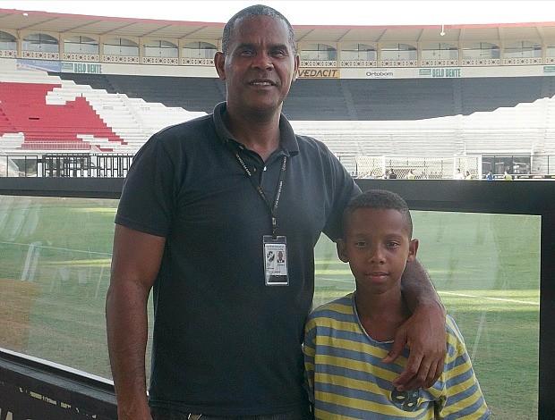 Marcos e seu filho Pedrinho, porteiro e jogador da base do Vasco (Foto: Raquel Vieira)