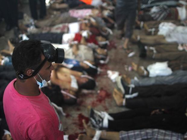 Homem observa uma sala transformada em necrotério para armazenar os corpos de pessoas mortas nos conflitos enfre manifestantes e policiais no Cairo (Foto: Mosaab El-Shamy/AFP)