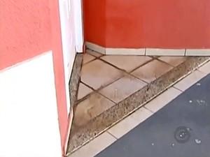 Criança foi deixada em frente a casa de um morador (Foto: Reprodução/TV TEM)