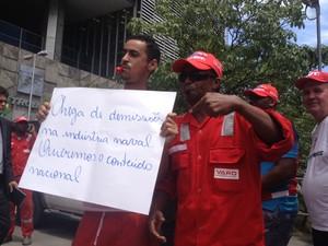 Manifestantes protestam diante do prédio da Petrobras, no Centro do Rio. (Foto: Gabriel Barreira/ G1)
