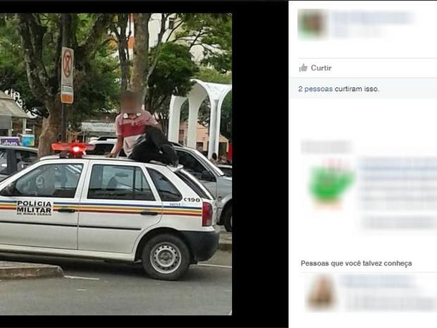 Jovem sobre em cima de viatura da Polícia Militar (Foto: Reprodução/Facebook)